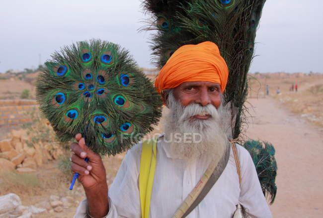 Uomo indiano con il turbante arancione — Foto stock
