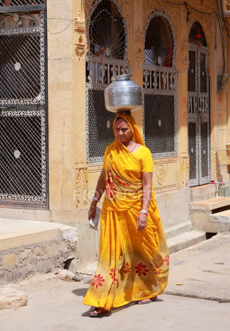 Local woman with jar on her head in Jaisalmer. India. Rajasthan state — Stock Photo