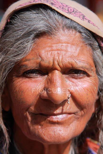 Mujer india en sari en Pushkar - foto de stock