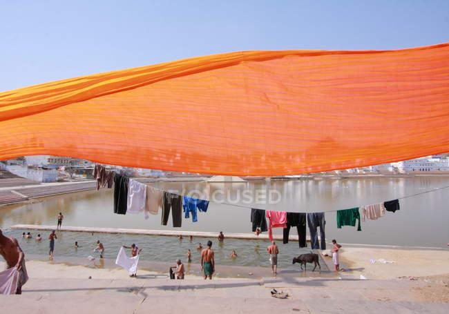 Menschen waschen sich im heiligen See in Pushkar — Stockfoto