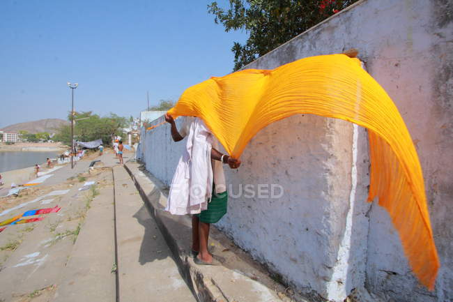 Man dries clothes in Pushkar — Stock Photo