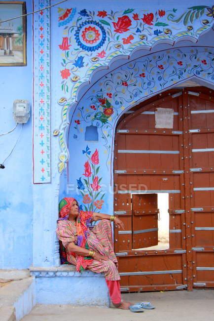 Frau in der Nähe von alte Tempel in Pushkar Stadt — Stockfoto