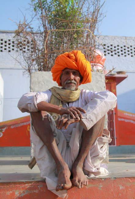 Индиец с оранжевым тюрбаном — стоковое фото