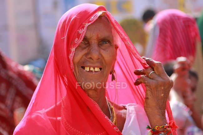 Щасливі посміхаючись Індійська жінка — стокове фото