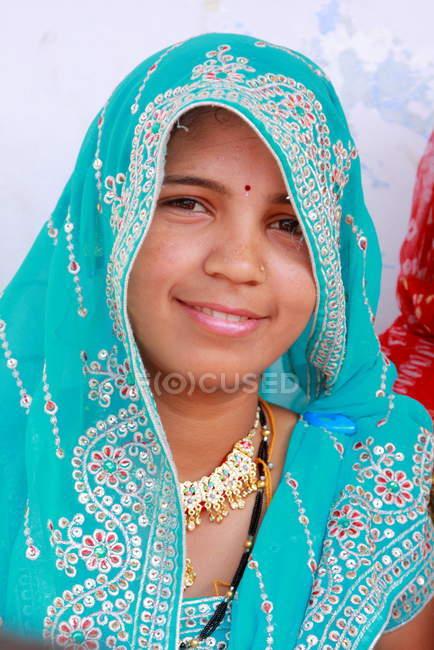 Щасливі посміхаючись Індійська дівчина — стокове фото