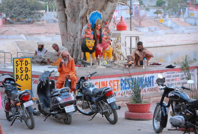 Local people on the street in Pushkar (India. Rajasthan state) — Stock Photo