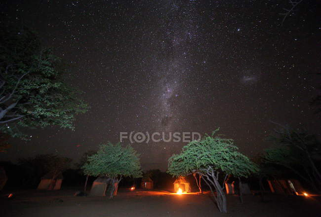 Pueblo de la tribu Himba (región Kunene ) - foto de stock