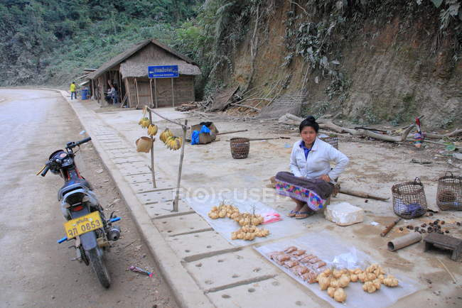 Frau verkauft Gemüse in luang prabang — Stockfoto