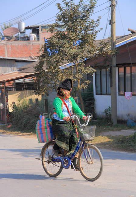 Жінка на велосипеді в Muang співати — стокове фото