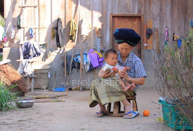 Bébé et femme âgée Akha — Photo de stock