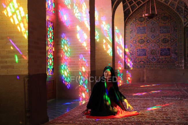 Mulher muçulmana rezando em Nasir Al-Mulk Mesquita (rosa), Irã, Shiraz — Fotografia de Stock