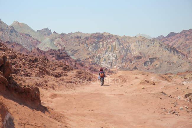 Turista nel deserto di sale, Hormoz Island — Foto stock