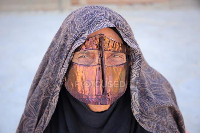 Крупний план batoola, Золотий шарф, що охоплюють обличчям, який є частиною традиційної Bandari костюм Південного Ірану. Hormozgan провінції, Qeshm острова, с. Laft — стокове фото