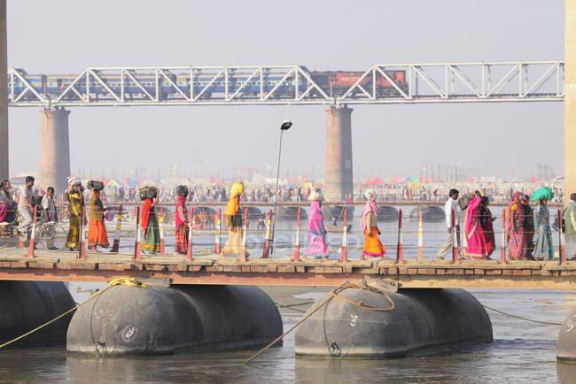 Pessoas no festival Kumbh Mela, o maior encontro religioso do mundo, em Allahabad, Uttar Pradesh, Índia . — Fotografia de Stock