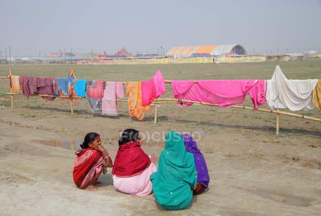 Frauen trocknen Kleidung in der Nähe von Allahabad, Indien, uttar, Bundesstaat Pradesh — Stockfoto