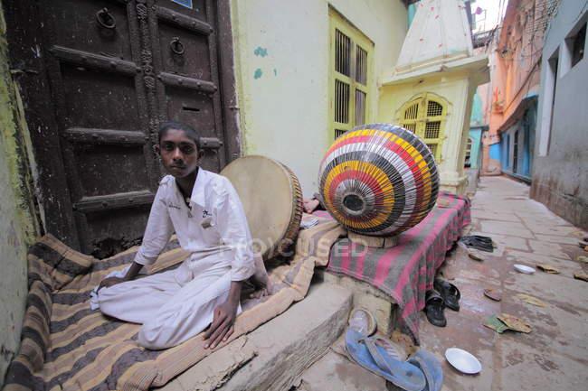 Местный мальчик на улицах Варанаси в Уттар-Прадеш, Индия . — стоковое фото