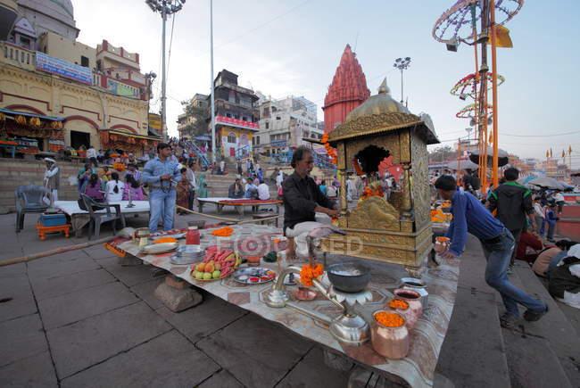 Indische Menschen beten in der Nähe von Ganga Fluß auf den Ghats von Varanasi in Uttar Pradesh, Indien — Stockfoto