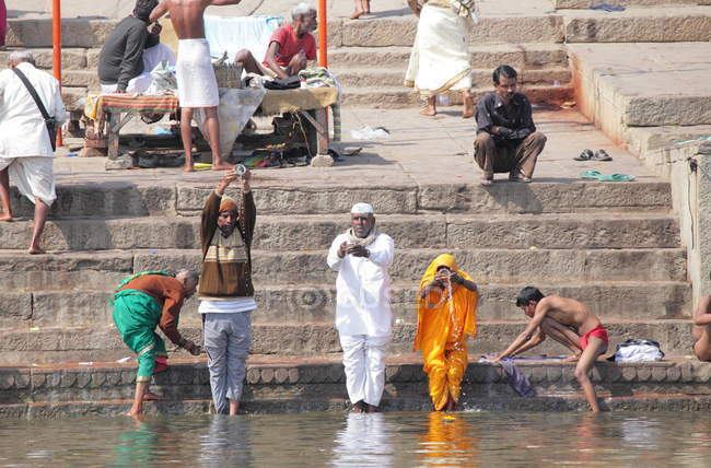 Невідомі люди, що приймають ритуальних ванна в річці Ганг в Варанасі, Уттар-Прадеш, Індія — стокове фото