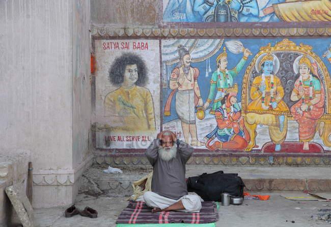 Невідомі старі бездомний чоловік на вулицях в Індії — стокове фото