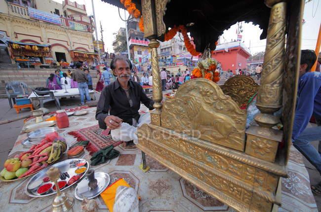 Indischer Mann betet in der Nähe von Ganga Fluß auf den Ghats von Varanasi in Uttar Pradesh, Indien — Stockfoto