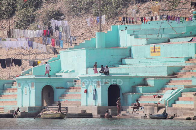 Varanasi, Uttar Pradesh, India. Una vista dal fiume Gange del vecchio storico Varanasi città — Foto stock