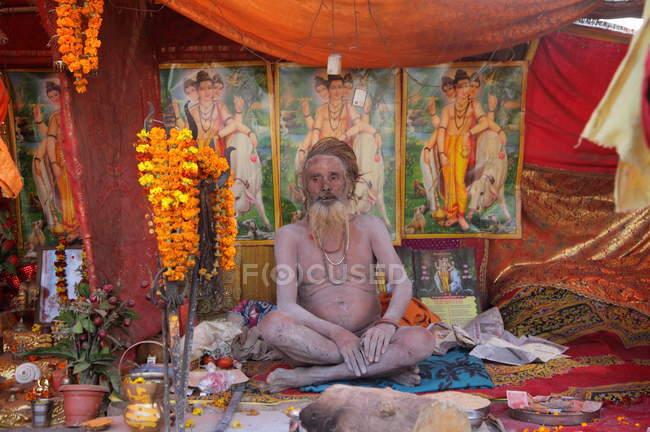 Sadhu (hombre santo indio) en festival de Kumbh Mela, religioso más grande del mundo reuniendo, en Allahabad, Uttar Pradesh, India. - foto de stock