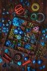 Синие цветы в деревянной коробке — стоковое фото