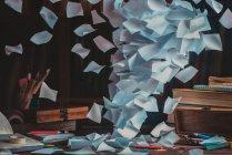 Wind entwickelt Papierbögen — Stockfoto