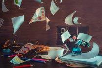 Viento convierte hojas de papel - foto de stock
