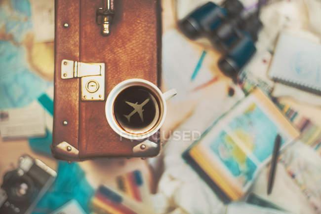 Tasse de café avec la silhouette de l'avion — Photo de stock