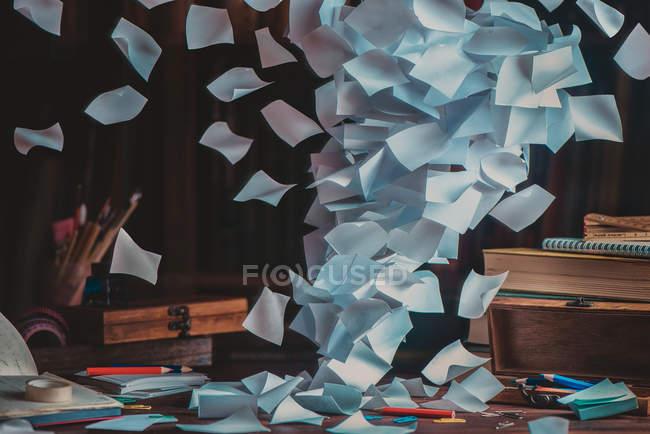 Ветер разрабатывает листы бумаги — стоковое фото