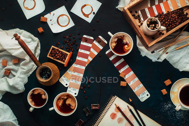 Cups of coffee with art objects — Stock Photo