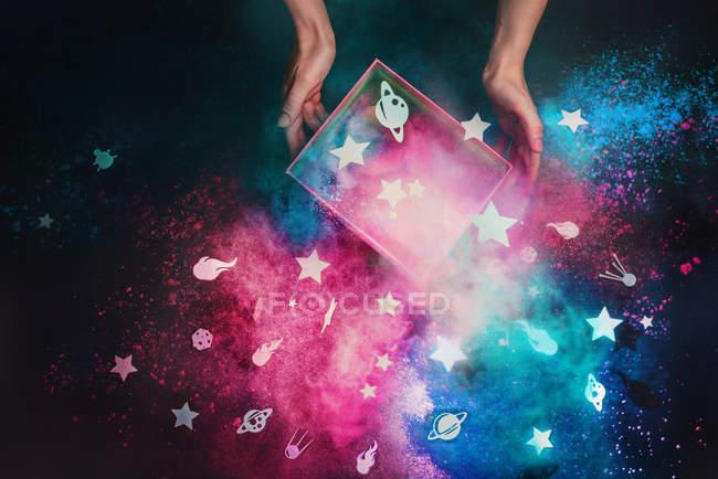 Руки, держа коробку из бумаги звезды — стоковое фото