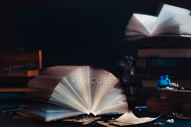 Розкритої книги з розвіваються сторінок — стокове фото