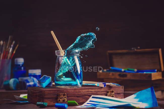 Живопис синіх хвиль у jar — стокове фото