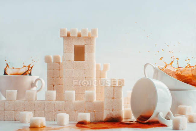Sugar cubes with white cups — Stock Photo