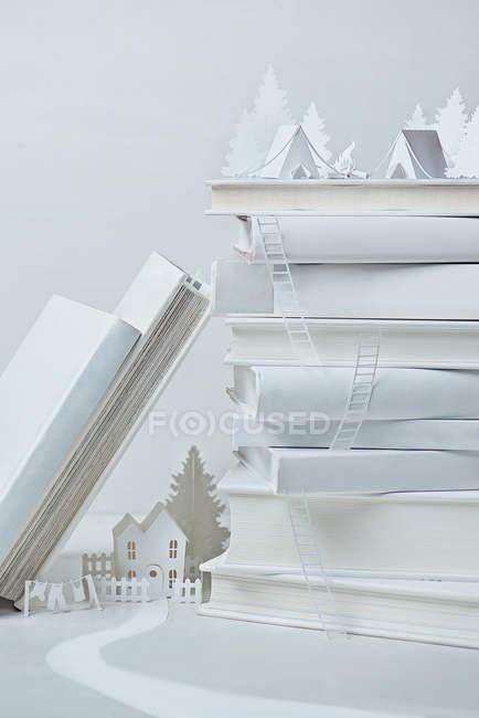 Натюрморт с белой бумагой — стоковое фото