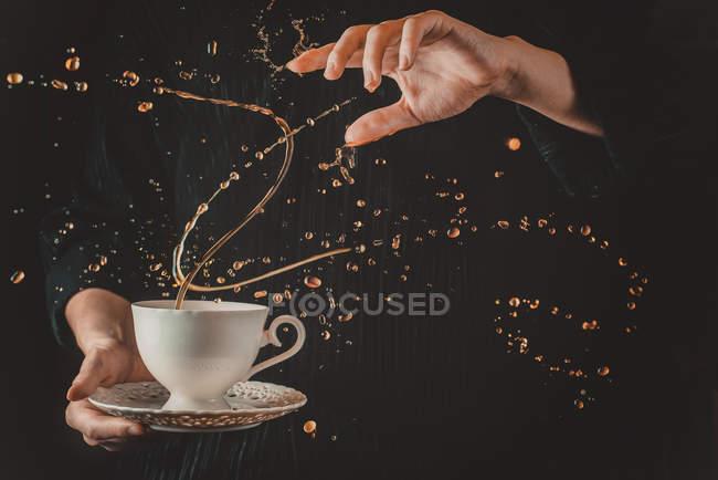 Рука Холдинг чашка чая — стоковое фото