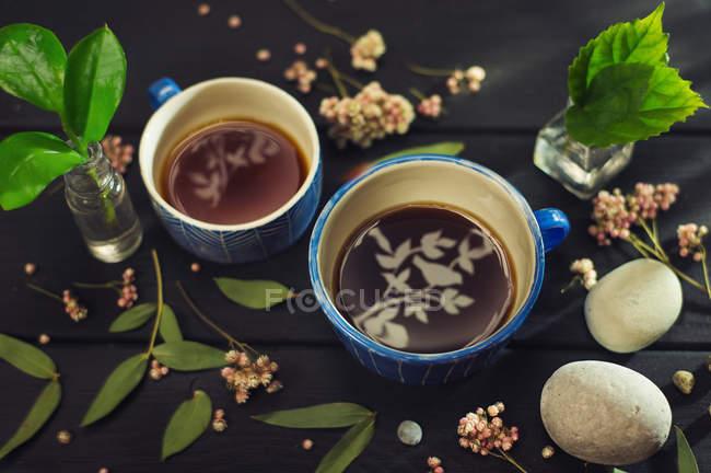 Чашки чая с листьями садовника — стоковое фото