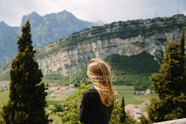 Молодая женщина, глядя на скалистых гор — стоковое фото