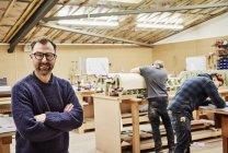 Personnes travaillant dans l'atelier-meubles — Photo de stock