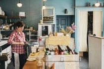 Женщина, работающая за прилавком — стоковое фото