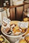 Свіжоприготовані їжі на прилавку — стокове фото