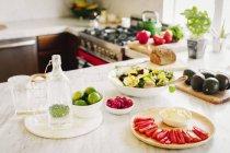 Вибір підготовлені свіжі салати — стокове фото