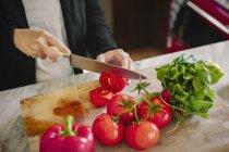 Frau mit einem scharfen Messer — Stockfoto