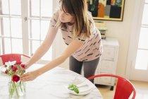 Жінка організацію свіжі Квіти зрізані — стокове фото