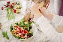 Une femme prenant une portion de salade — Photo de stock