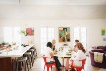 Vier Freundinnen zu Mittag — Stockfoto
