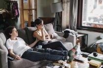 Paar zu Hause sitzen auf dem sofa — Stockfoto