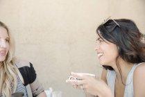 Frau im Gespräch mit einem Freund — Stockfoto